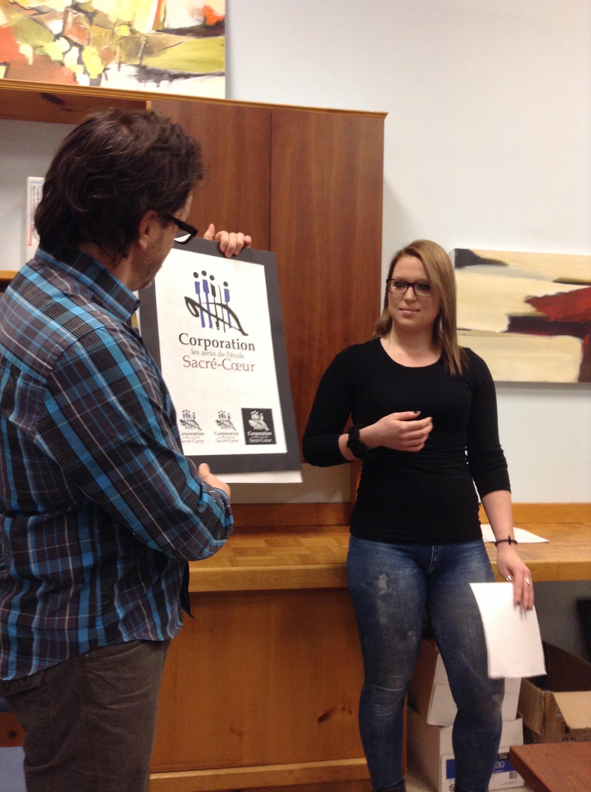 Olivia Perron-Galipeau dévoile le nouveau logo de la Corporation.